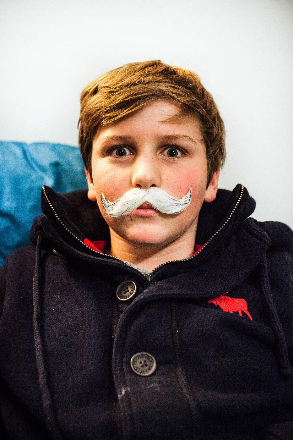 Garçon avec une fausse moustache.