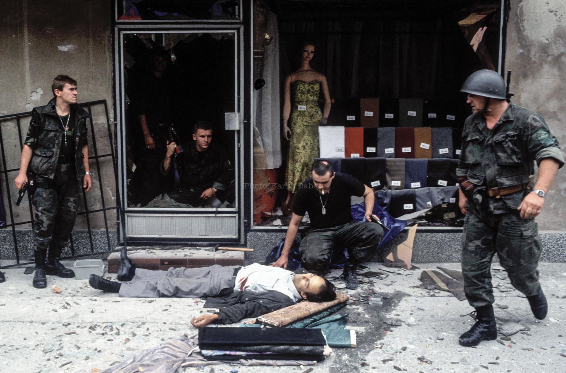 Croatie, Osijek, 1991. Devant un commerce , des militaires croates autour d'un civil tué par un franc-tireur lors des affrontements qui ont permis aux forces croates de déloger l'armée fédérale yougoslave de la ville.