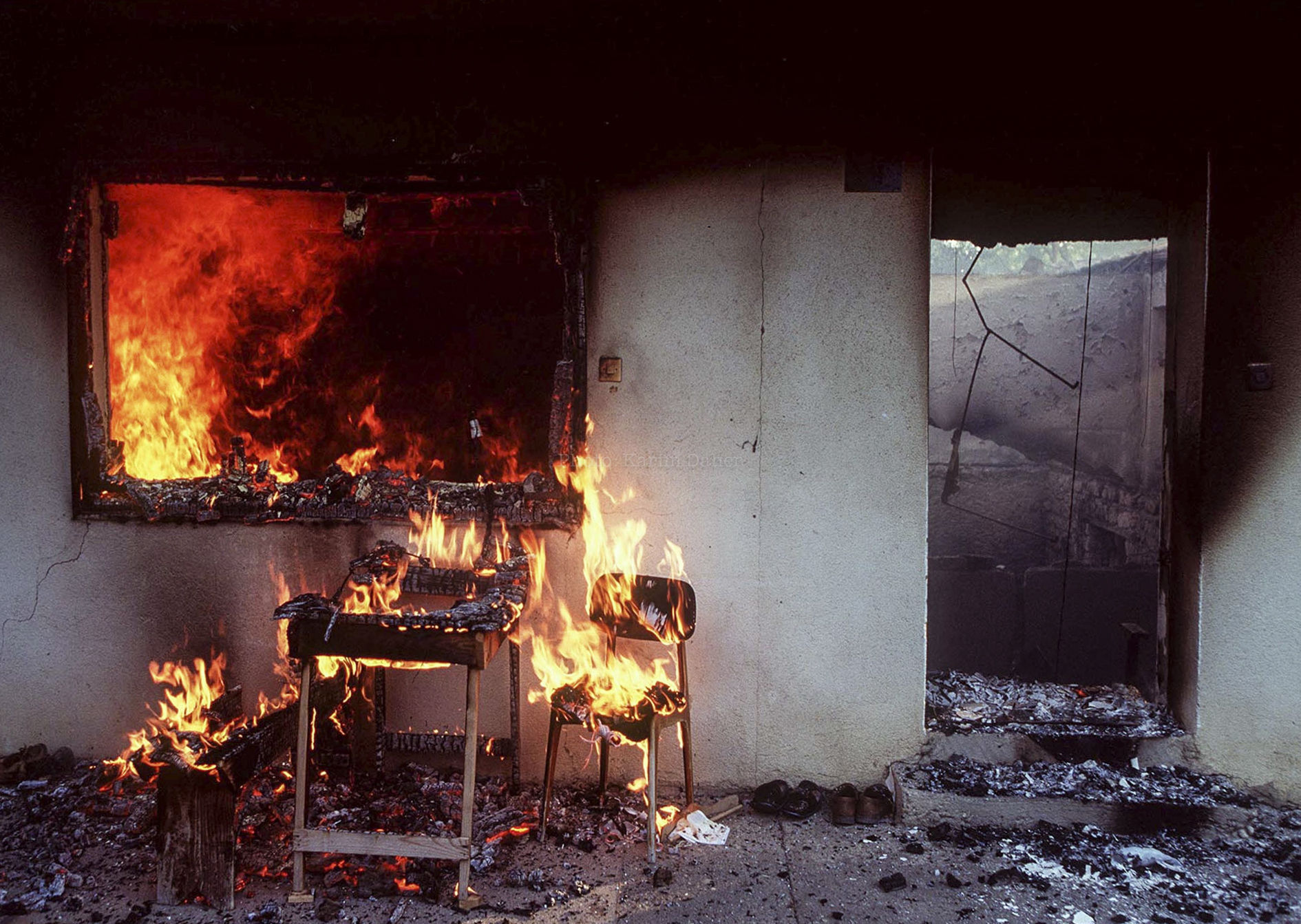 """Croatie, Krajina, été 1995. Une maison  (appartenant à une famille serbe) a été volontairement incendiée par des hommes circulant dans des voitures sans plaques d'immatriculation et se déplaçant dans le sillage de l'armée croate lors de l' """"opération tempête"""" qui a chassé les troupes de la """"République Serbe de Krajina"""" (autoproclamée)."""