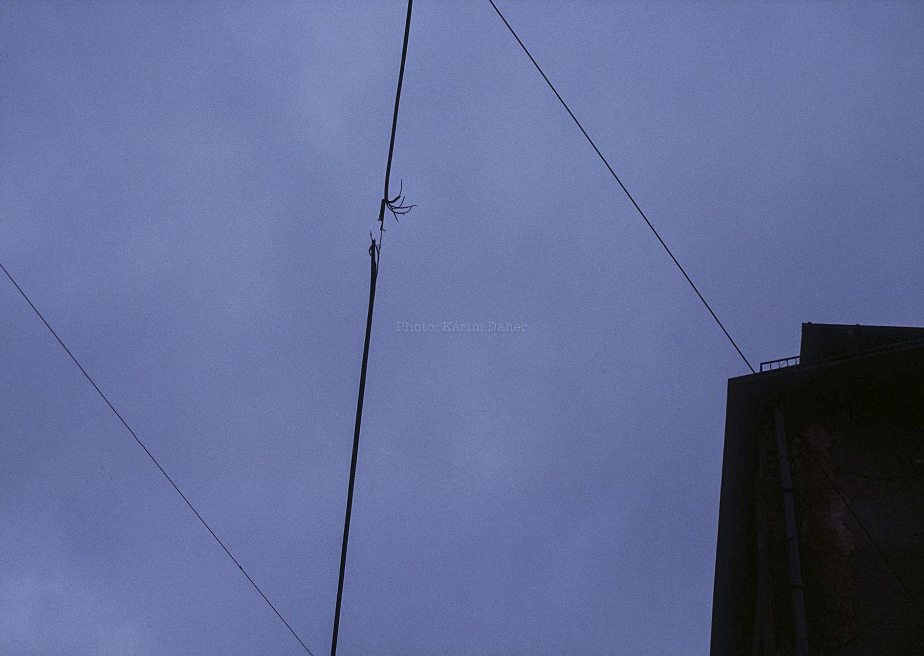 Bosnie, Bihac, été 1995. Un câble endommagé par un éclat d'obus.