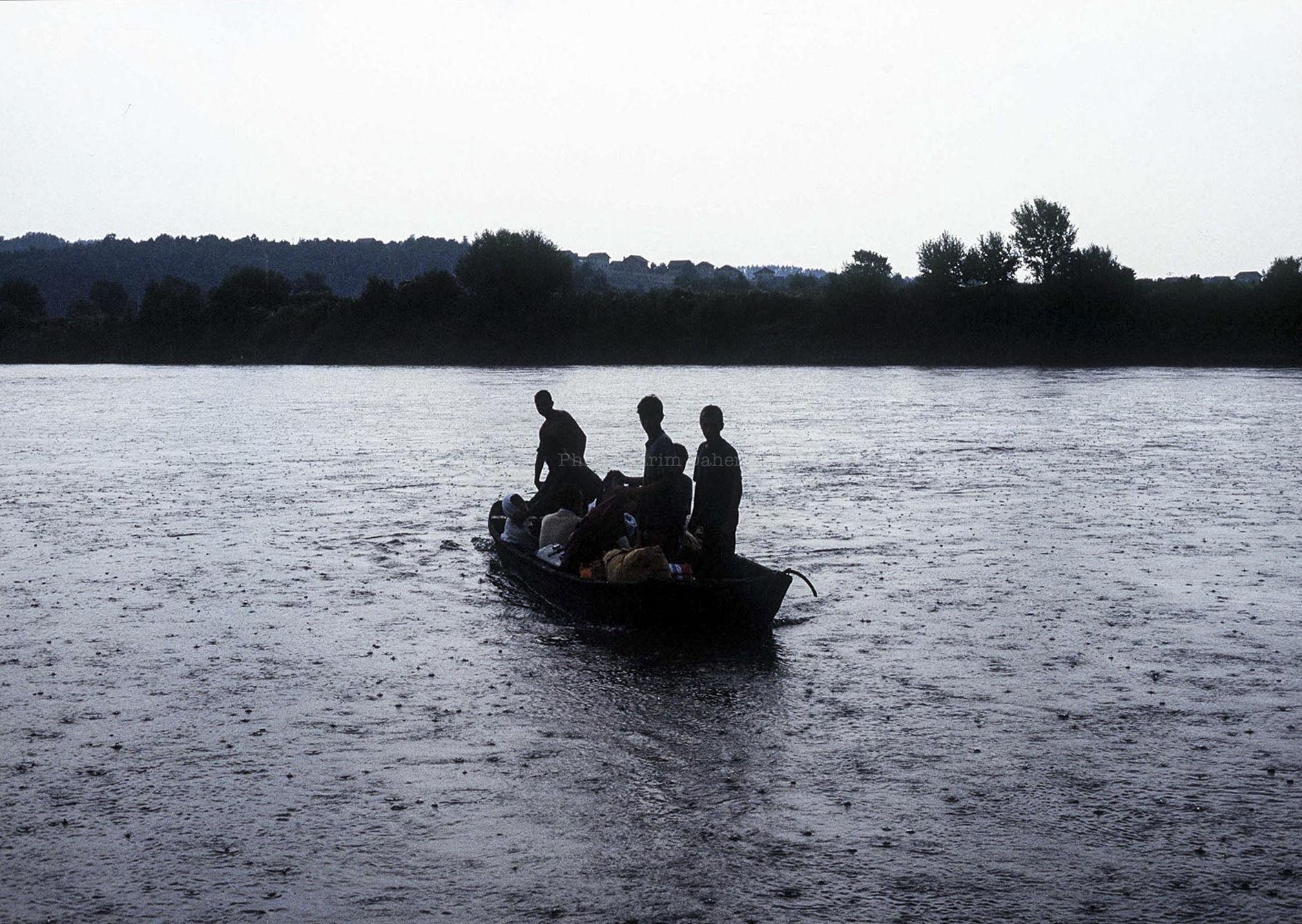 Croatie, frontière avec la Bosnie, été 1995. Civils croates chassés par des serbes (armés) de Bosnie. Ils rejoignent la rive croate du fleuve, d'où a été prise la photo.