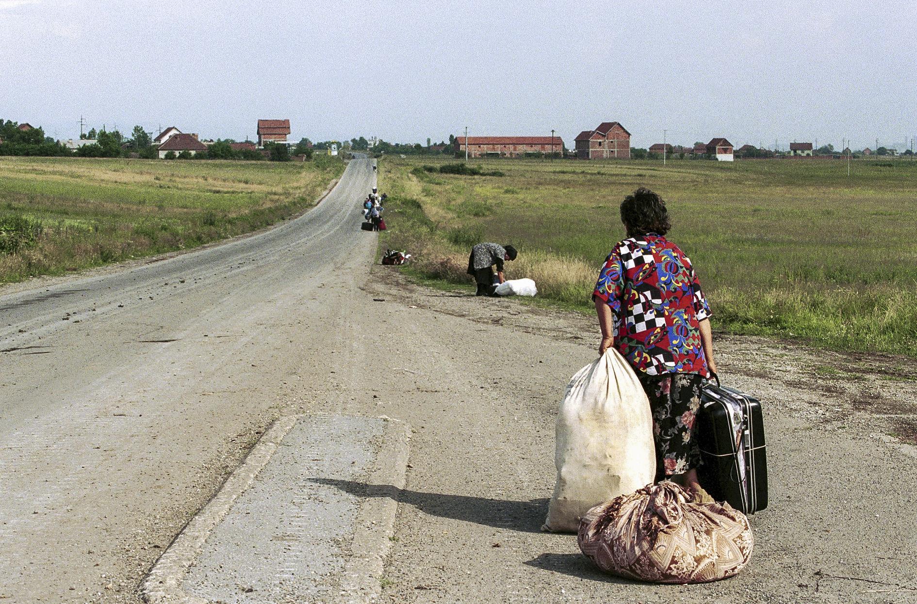 Kosovo, 1999. Une femme serbe quitte son village qui vient d'être pillé.