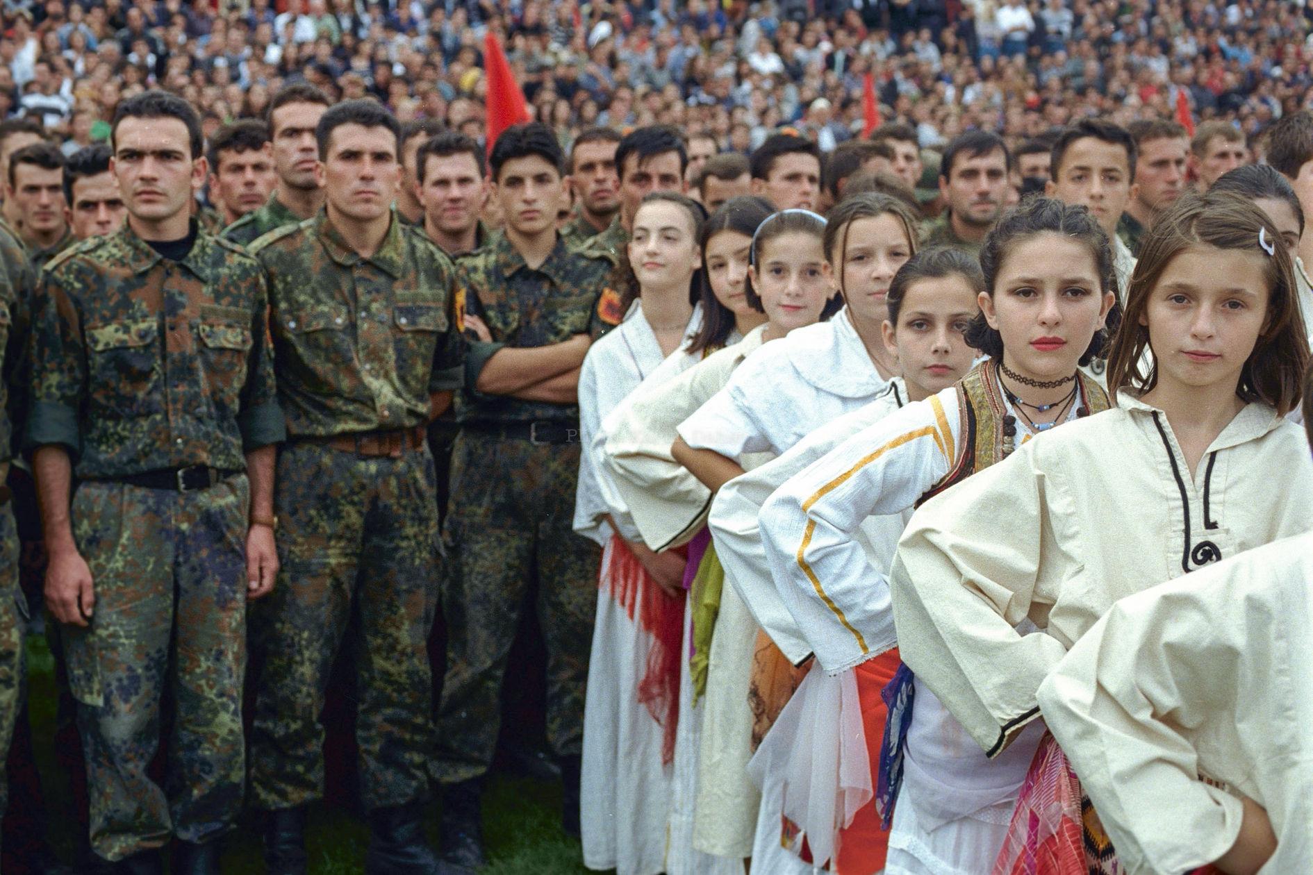 Kosovo, Pristina, été 1999. Commémoration organisée par l'UCK.