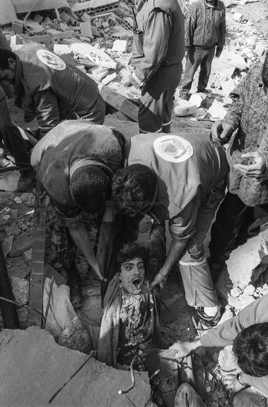 Liban, 18 avril 1996. Un jeune homme est sorti des décombres de son abri où la majorité de sa famille a été tuée par un bombardement aérien israélien.