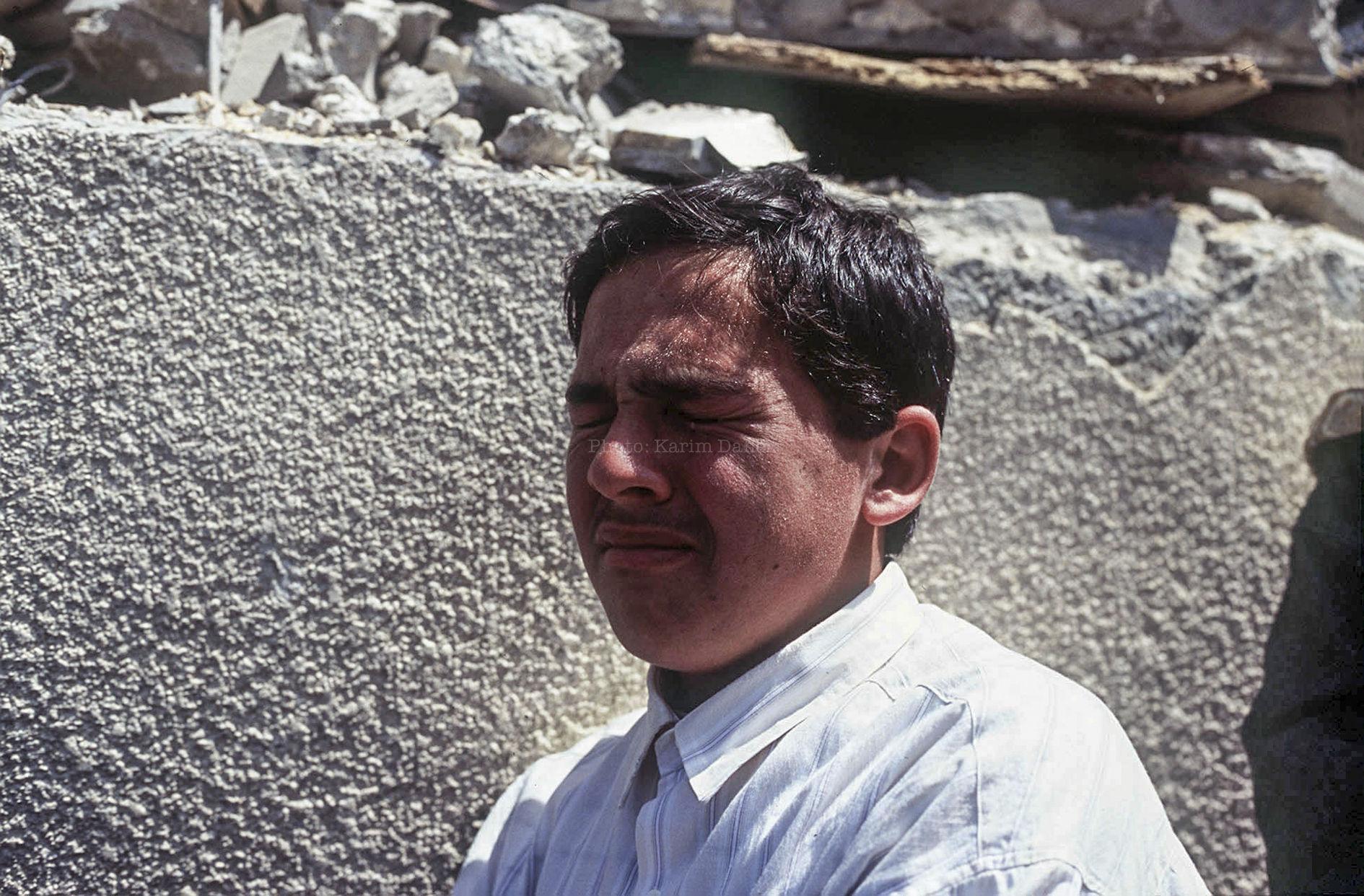 """Liban, Avril 1996. Obsèques des victimes d'un bombardement aérien israélien lors de l'opération """"Raisins de la colère""""."""