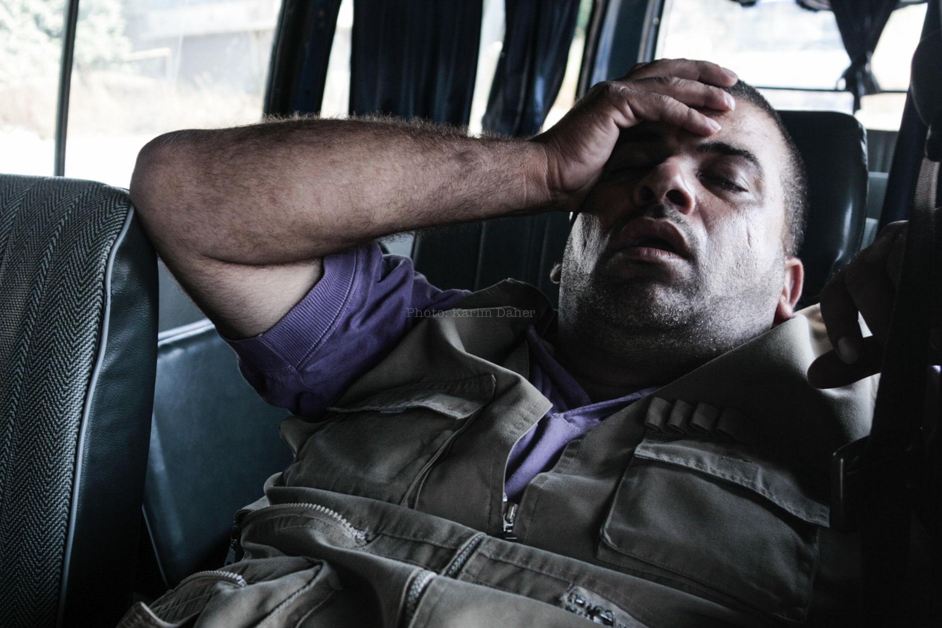 Liban, 2007. Siège du camp palestinien de Nahr el Bared. Le chauffeur d'une organisation humanitaire dort.
