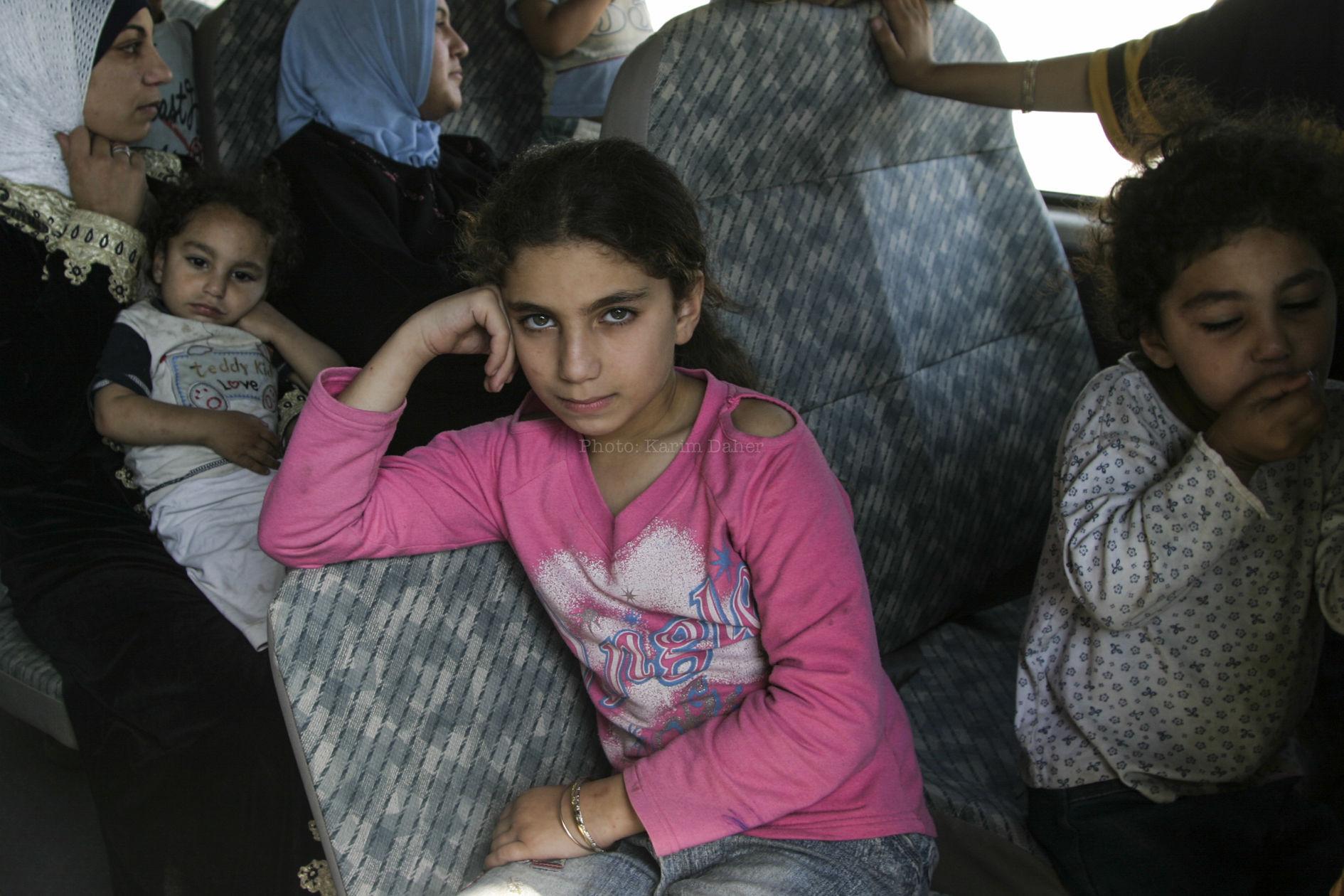 Liban, 2007. Siège du camp palestinien de Nahr el Bared. Une enfant qui vient de quitter le camp avec sa mère et certains de ses proches.