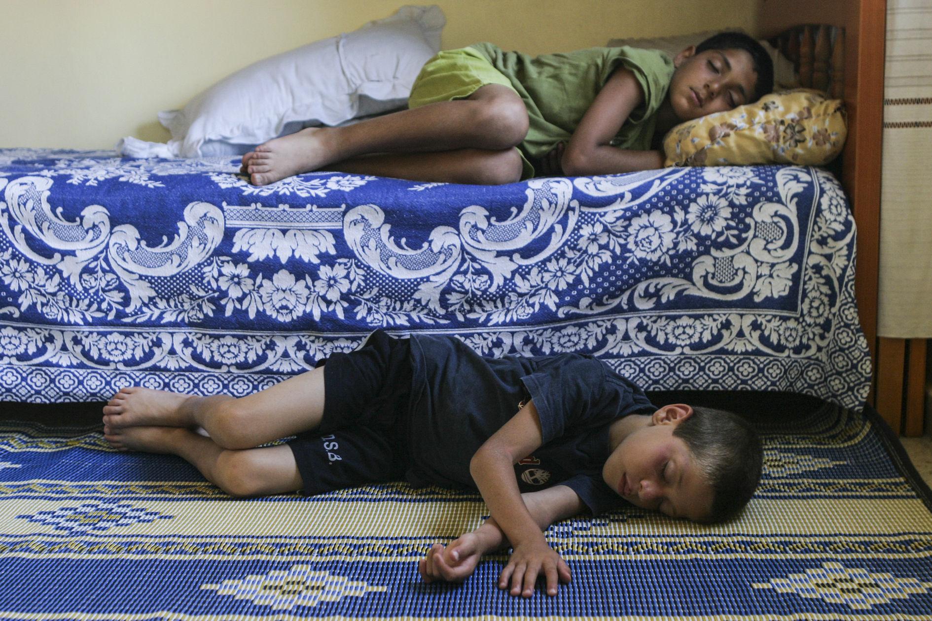 Liban, 2007. A Beyrouth, dans le camp palestinien de Chatila, deux enfants évacués de Nahr el Bared font une sieste chez des cousins.