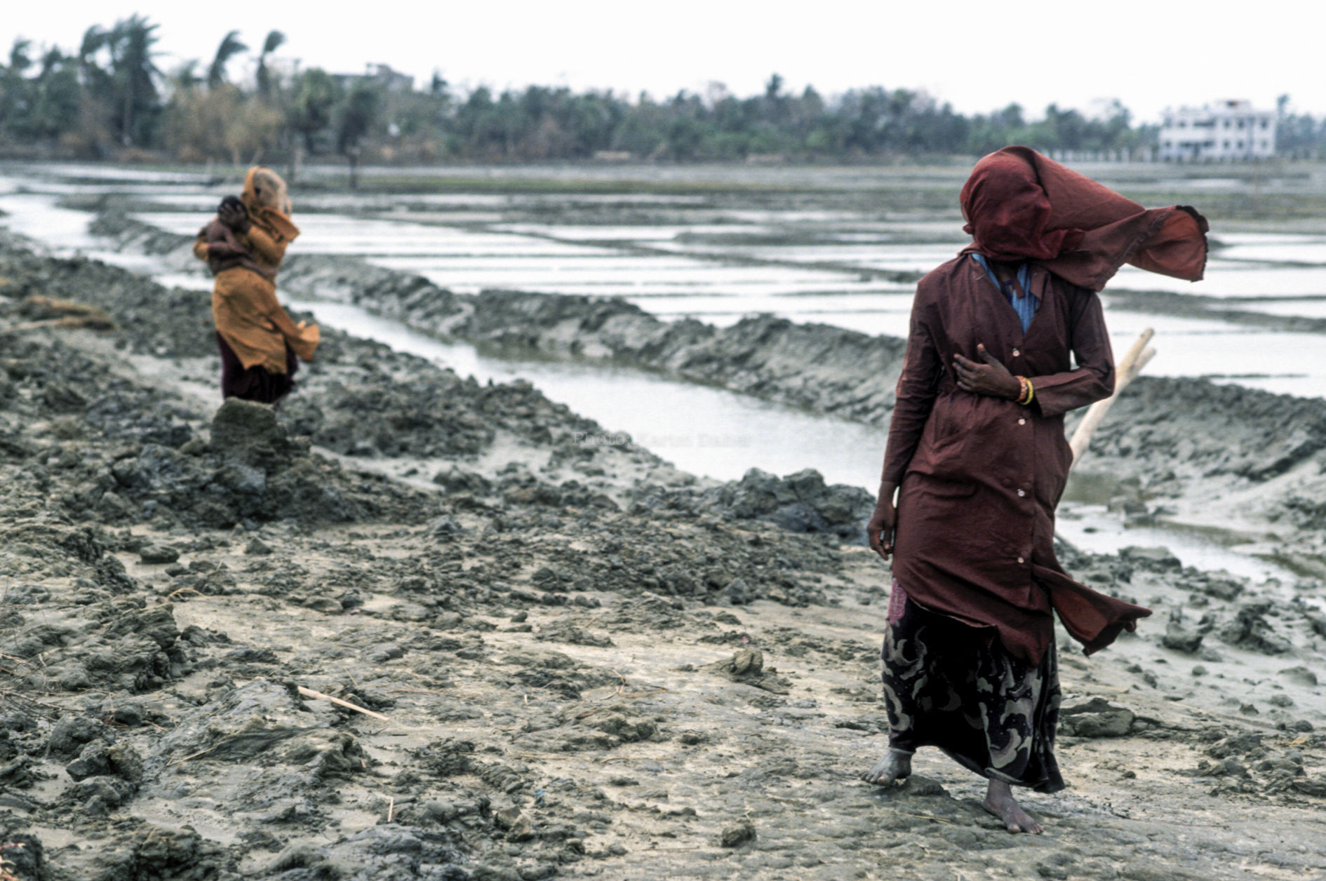 Bengladesh, 1991. Deux femmes rescapées d'un cyclone.
